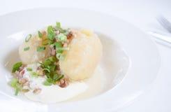 Tradycyjna Litewska naczynie posiłku kuchnia - faszerująca mięsna kartoflana klucha, Litewski krajowy naczynie, curd (Cepelinai,  Zdjęcie Stock