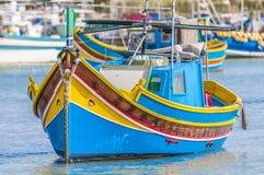 Tradycyjna Luzzu łódź przy Marsaxlokk schronieniem w Malta. Fotografia Royalty Free