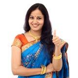 Tradycyjna młoda Indiańska kobieta pokazuje kciuk up Zdjęcia Royalty Free