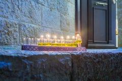 Tradycyjna Menorah Hanukkah lampa z oliwa z oliwek świeczkami, Jeru fotografia stock