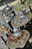 Tradycyjna metalu marokańczyka mennicy herbata puszkuje dla sprzedaży w souks mnie Fotografia Stock