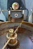 Tradycyjna metoda prażak suszyć organicznie arabica kawowe fasole w grafik dyżurów z otwartą siatką dla chłodzić, życiorys kawy g obraz royalty free