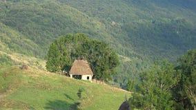 Tradycyjna nieociosana stajnia w Transylvania górach zbiory