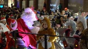 Tradycyjna parada Święty Mikołaj przy otwarciem Bożenarodzeniowi wakacje zbiory