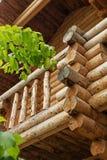 Tradycyjna Rosyjska drewniana budowa kąt dom z belami, round bary na ścianie dom końcówki spadał Fotografia Stock