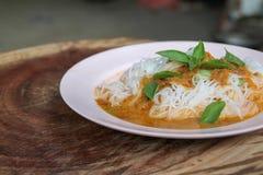 Tradycyjna Tajlandzka kuchnia, ryżowi wermiszel jedzący z zielonym currym zdjęcia stock