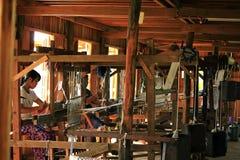 Tradycyjna tkactwo maszyna w Birmańskiej wiosce Fotografia Stock