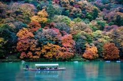 Tradycyjna turystyczna łódź przechodzi dalej szmaragdową koloru Katsura rzekę Obrazy Royalty Free