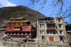 Tradycyjna Tybetańska świątynia i siedziba budynki w Zhuokeji wodza oficjalnej wiosce, Sichuan, Chiny Zdjęcia Stock