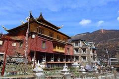 Tradycyjna Tybetańska świątynia i siedziba budynki w Zhuokeji wodza oficjalnej wiosce, Sichuan, Chiny Fotografia Royalty Free