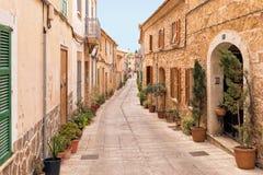 Tradycyjna ulica w Alcudia Starym miasteczku, Mallorca Obrazy Stock