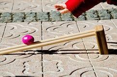 Tradycyjna Wielkanocna gra - zwycięzca jest jeden czyj jajko huśta się dalej obraz royalty free