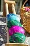 Tradycyjna Wielkanocna gra - zwycięzca jest jeden czyj jajko huśta się dalej zdjęcia royalty free