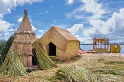 Tradycyjna wioska na Uros wyspach na jeziornym Titicaca w Peru zdjęcie royalty free
