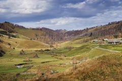 Tradycyjna wioska w Carpathians w jesień słonecznym dniu obraz stock