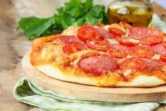 Tradycyjna Włoska karmowa pizza z pomidorowym kumberlandem Obraz Stock
