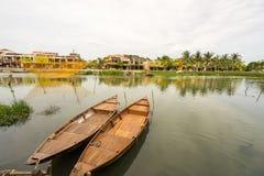 Tradycyjne łodzie przed antyczną architekturą w Hoi obrazy royalty free