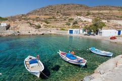 Tradycyjne łodzie rybackie w Ag Nikolas trzymać na dystans, Kimolos wyspa, Cyclades, Grecja Obrazy Stock