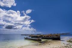 Tradycyjne łodzie rybackie zakładają na brzeg ocean indyjski Nungwi, Zanzibar, Tanzania (,) Zdjęcia Stock