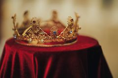 Tradycyjne ślub korony w kościół Ślubny korony akcesorium zdjęcie stock