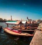 Tradycyjne Abra taxi łodzie w Dubaj zatoczce - Deira, Dubaj Deira, Zjednoczone Emiraty Arabskie zdjęcia stock