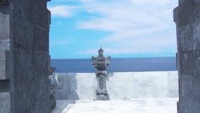 Tradycyjne Bali architektury bramy Hinduskie ?wi?tynie na b??kitnym niebo krajobrazie i morzu Antycznej ?wi?tyni bramy na morzu i zbiory wideo