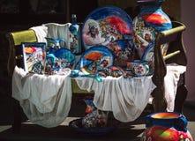 Tradycyjne ceramiczne pamiątki w Oia miasteczku Santorini wyspa, Grecja Zdjęcie Royalty Free