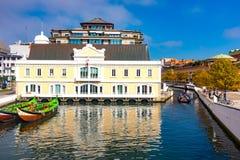 Tradycyjne coloured łodzie na kanale w Aveiro, Portugalia Zdjęcie Stock