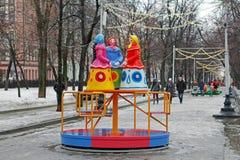 Tradycyjne Dymkovo zabawki trzy kobiety w chustka na głowę jako sztuka protestują i dziecka ` s carousel przy Rosyjskim krajowym  obraz stock