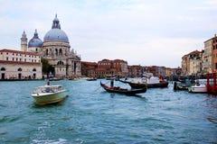 Tradycyjne gondole w kanał grande, blisko bazyliki Santa Maria della salutu Fotografia Stock