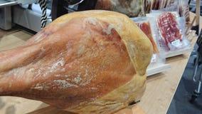 Tradycyjne hiszpańszczyzny Jamon dla sprzedaży przy rynkiem Iberyjski baleron zdjęcia stock