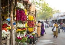 Tradycyjne indyjskie nagietka kwiatu girlandy w rynku Obraz Stock