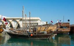 Tradycyjne jalibut dhow ?odzie w Arabskiej zatoce dla ?owi? i turystyki, Doha, Katar fotografia stock