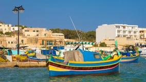 Tradycyjne kolorowe Luzzu łodzie rybackie przy Marsaxlokk, Malta Obrazy Royalty Free