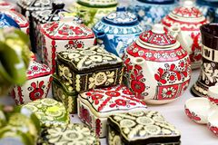 Tradycyjne kwieciste deseniowe ceramiczne wazy fotografia royalty free