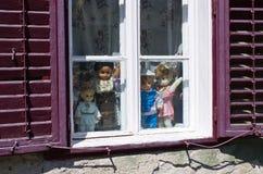 Tradycyjne lale w romanian chałupie lub okno Zdjęcie Royalty Free