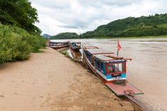 Tradycyjne laotian łodzie na banku Mekong rzeka, Zdjęcie Royalty Free