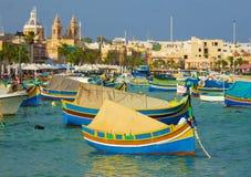 Tradycyjne Luzzu łodzie przy Marsaxlokk rynkiem - Malta Obrazy Royalty Free