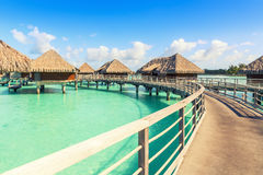 Tradycyjne nadmierne wodne wille na tropikalnej lagunie bor bory Zdjęcia Royalty Free