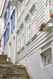 Tradycyjne norweskie drewniane białe fasady Antykwarska ulica w Był Zdjęcia Royalty Free