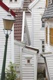 Tradycyjne norweskie drewniane białe fasady Antykwarska ulica w Był Fotografia Stock