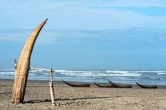 Tradycyjne Peruwiańskie małe Trzcinowe łodzie Zdjęcia Stock