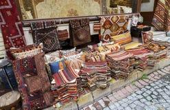 Tradycyjne poduszki i dywany w ulicie Istanbuł, Turcja Obraz Stock
