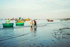 Tradycyjne stare drewniane Wietnamskie łodzie i round łodzie rybackie Obrazy Stock