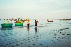 Tradycyjne stare drewniane Wietnamskie łodzie i round łodzie rybackie Obraz Stock