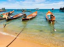 Tradycyjne tajlandzkie łodzie cumowali blisko Mae Haad mola w Ko Tao, Surat Thani, Tajlandia zdjęcia stock