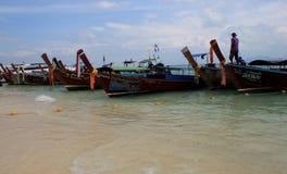 Tradycyjne Tajlandzkie łodzie cumowali przy plażą jeden raj wyspy obrazy stock