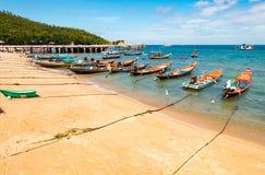 Tradycyjne tajlandzkie łodzie na plaży fotografia royalty free