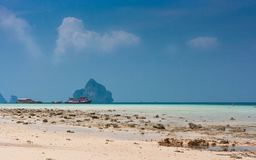 Tradycyjne tajlandzkie longtail łodzie na plaży Ko Ngai, Koh Lanta, Tajlandia zdjęcie stock
