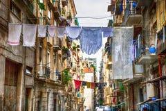 Tradycyjne ulicy Naples z wiszącą płuczkową pościelą, Włochy Fotografia Stock